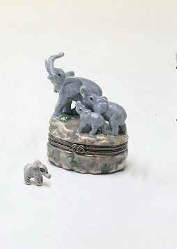 DC00731-Elephants-jungel-Zoo-animals-safari-porcelain-box-favor.jpg (12268 bytes)